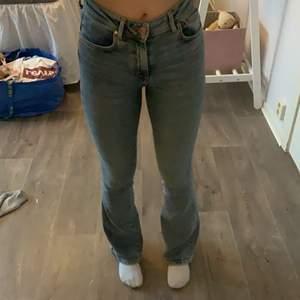 Bootcut jeans från bikbok använda ett fåtal gånger då jag köpte fel storlek! 💕jag är 172/173 & köparen står för frakt!