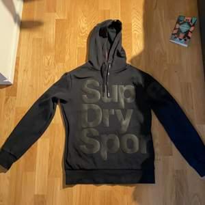 Superdry hoodie i storlek S, bra skick förrutom två hål i bottenmudden, skriv för bild. Buda gärna!