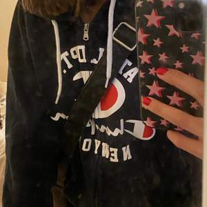 Säljer min champion hoodie med dragkedja! Den är köpt från herravdelningen fast i strl Small! Säljer för 250kr + frakt 💙 Sparsamt använt!