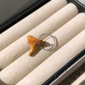 Handgjord kantarell berlock/ hänge till tex halsband💛🧡