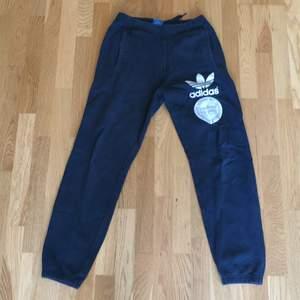 Blå mjukis byxa från adidas, storlek m, använd och tvättad så den blå färgen är inte som ny (ej slimfit)