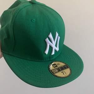 New York new era cap i nyttskick har aldrig använt den för den är lite stor för mitt huvud😅 köparen står för frakten 48kr💕 jag vet inte om jag vill sälja den på riktigt så kom med bra bud!