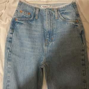 Säljer mina fina pullandbear byxor med slits pågrund av att de är för långa på mig.❤️ Säljer för 170 kr + 50 kr frakt ❤️ storlek 34. Endast testade.