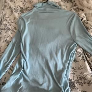 jättefin blå tröja, lite svårt att få färgen på bild men den är en fin ljus blå färg i verkligheten. hör gärna av dig för fler bilder. egentligen storlek l men passar m med!😊