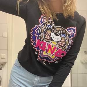 En kenzo tröja köpt hos Jhonells. Köpt för 2300kr , nästintill oanvänd och i hög kvalité. Storlek : M , men skulle säga att den passar S tillocmed lite bättre då den sitter tajt på mig .