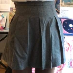 En fin veckad kjol ifrån zara. Den är 11-12 år men passar mig ändå som är runt 175cm (lite tajt dock). Möts helst upp på Södermalm och frakt ingår inte. 💕