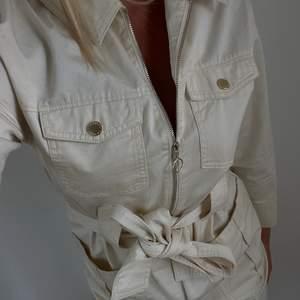 Beige klänning från ivyrevel. Aldrig använd! Storlek 38, nypris 999:-. Köparen står för frakt!