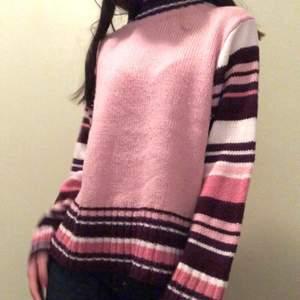 Så fin tröja med olika nyanser av rosa! Lite nopprig men ändå bra skick!