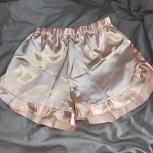 Super fina natt shorts i ljusrosa satin med volanger där nere pch riså i midjan💖 storleken är i s men passar xs med, säljer pågrund av fel storlek för mig men så fina o sköna shorts , helt nya bara testade💖💖