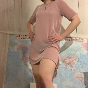 Rosa glittrig klänning som är lite som en oversized T-shirt💖 Väldigt fin men kommer tyvärr inte till användning💖 Skickar med frimärken för att försöka få ner fraktkostnad💖