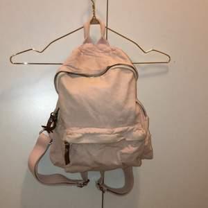 Supersöt ryggsäck från brandy Melville. Silvrig och bruna detaljer.