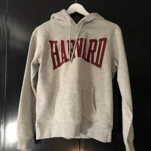 Harvard hoodie från HM. Storlek Small och i väldigt bra skick