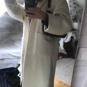 Varm kappa pefekt till vintern och våren. Storkek S men ganska oversized. Köpt för 1200kr använd 2 gånger. Köparen står för frakt💜💜💜✨✨