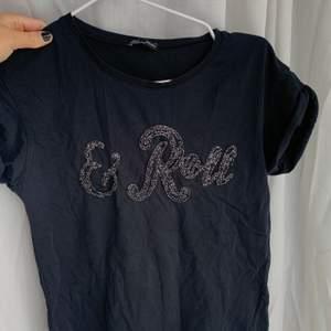 """Svart T-shirt med glittrig """"& Roll"""" brodyr från Zara. Storlek S, ärmarna är uppvikta."""