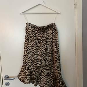 Knälång kjol i silkesmaterial. Strl. 36 (oanvänd)