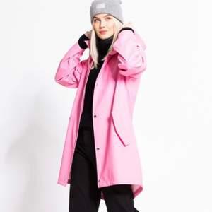 Helt ny rosa regnjacka! Köptes av misstag och försent och lämna tillbaka..💘Inköpt för 300kr🧡 Frakt tillkommer!
