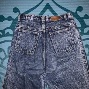 Vintage stonewashed jeans med knappgylf! Midja: 68 cm. Innerbenslängd: 78 cm 💙