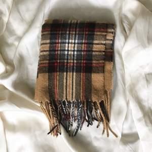 Burberry liknande halsduk i superskön kvalité. Skön och varm nu i minusgraderna ❄️ (köparen står för frakten) 💌