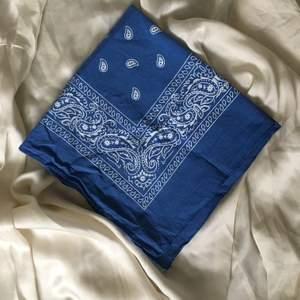 Blå bandana man kan ha som scarf eller i håret! (Köparen står för frakten) 🦋