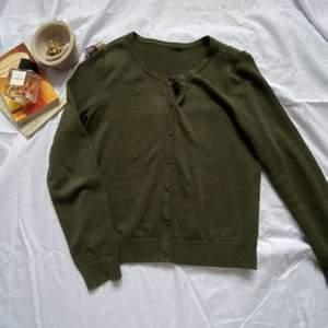 En jättefin kofta med en jättefin grön nyans🥰 passar mycket till cottagecore stolen och dead farit :))