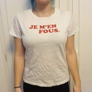 Vit t-shirt med franskt tryck. Storlek small. Köpt på lager 175. Kan skickas på posten men möts helst upp.