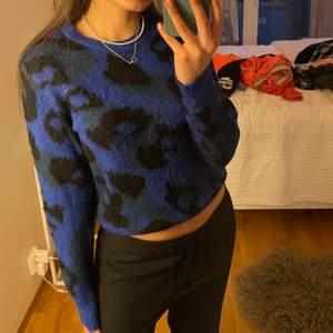 Väldigt fin tröja med blått leopard mönster. Bekväm och i bra skick. Byxorna på bilden finns även att köpa. 2 för 3 på allt jag säljer.💙💙