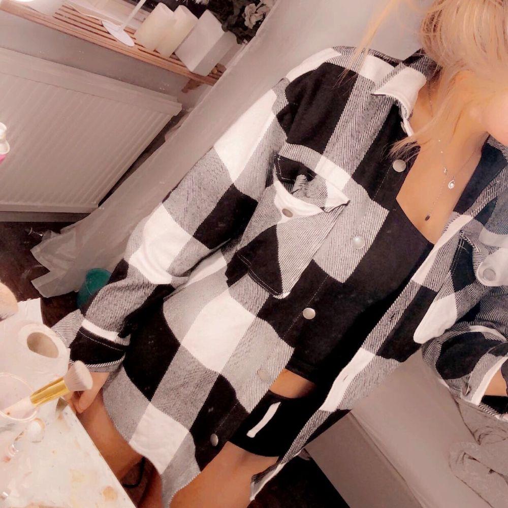 Tjock skjorta ifrån Gina Trico, Ny skick! tjock så kan användas till Jacka.  . Skjortor.