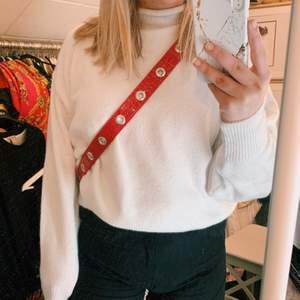 Jättefin och skön tunn stickad tröja från NAKD. Strl S men oversized. Aldrig använd, endast provad! Kom gärna med egna prisförslag!