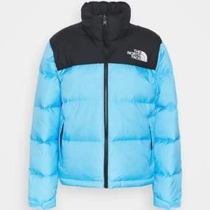Säljer min 1996 RETRO NUPTSE JACKA för dam i färgen etheral blue som är slutsåld (den är i nyskick)☺️ köpt för 2799kr från northface egna hemsida🤍
