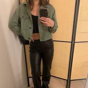 Säljer denna jeansjacka i en fin grön färg. Använder tyvärr inte denna längre då den inte riktigt är min stil. Inköpspris: 599.