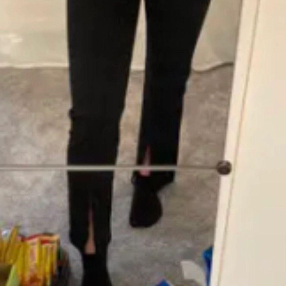 LÅNAD BILD! Säljer dessa kostymbyxor med slits från junkyard. Säljer pga de är lite korta för mig som är runt 165 cm. Jeans & Byxor.