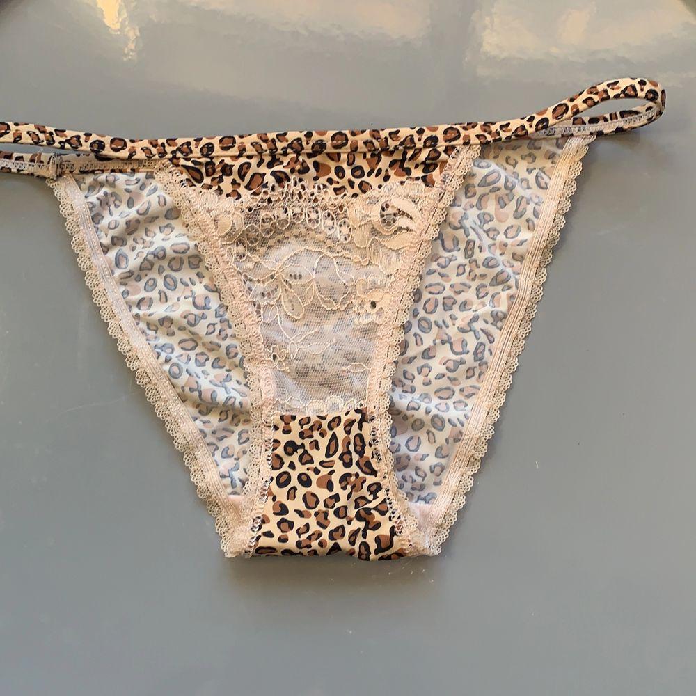 Säljer dessa trosor i leopardmönster med spetsdetalj på framsidan. Tanga modell! I nyskick/oanvända.. Övrigt.