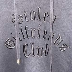 """Svart hoodie med nitar längs ärmarna, och tryck """"stolen girlsfriends club"""" heter märket 💕 strl 38 pris 130kr, skriv för fler bilder"""
