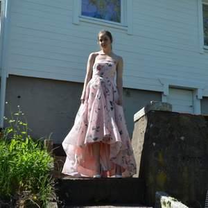 En klänning jag köpte enbart till min bal 2020 som aldrig blev av🙃 Använts en gång till att ta bilderna annars inte. Bra skick, storlek S. Bra passform men kan vara lite krångligt runt bysten. Köpt för ca 2800kr från ASOS, märke Bariano.