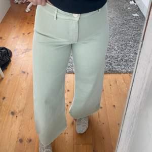 Pastellgröna jeans från Zara, jättefina men passar inte mig riktigt. Köparen står för frakten