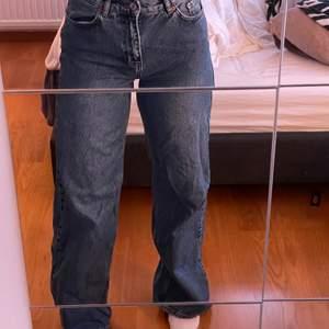 Mörkblå jeans från junkyard. Mycket sparsamt använda, säljs pga för lite användning. Långa på mig som är 172. Köpare står för frakt!
