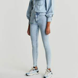 Säljer nya/oanvända jeans från Gina Tricot. Molly Superstretch jeans petite. Storlek S. Etikett/lappar sitter kvar. Pris. 195kr + frakt. Köpt för 399kr + frakt. Betalning sker via Swish. Jag skickar med posten. Referenser finns från mina tidigare köpare. Skicka PM vid intresse. ♡