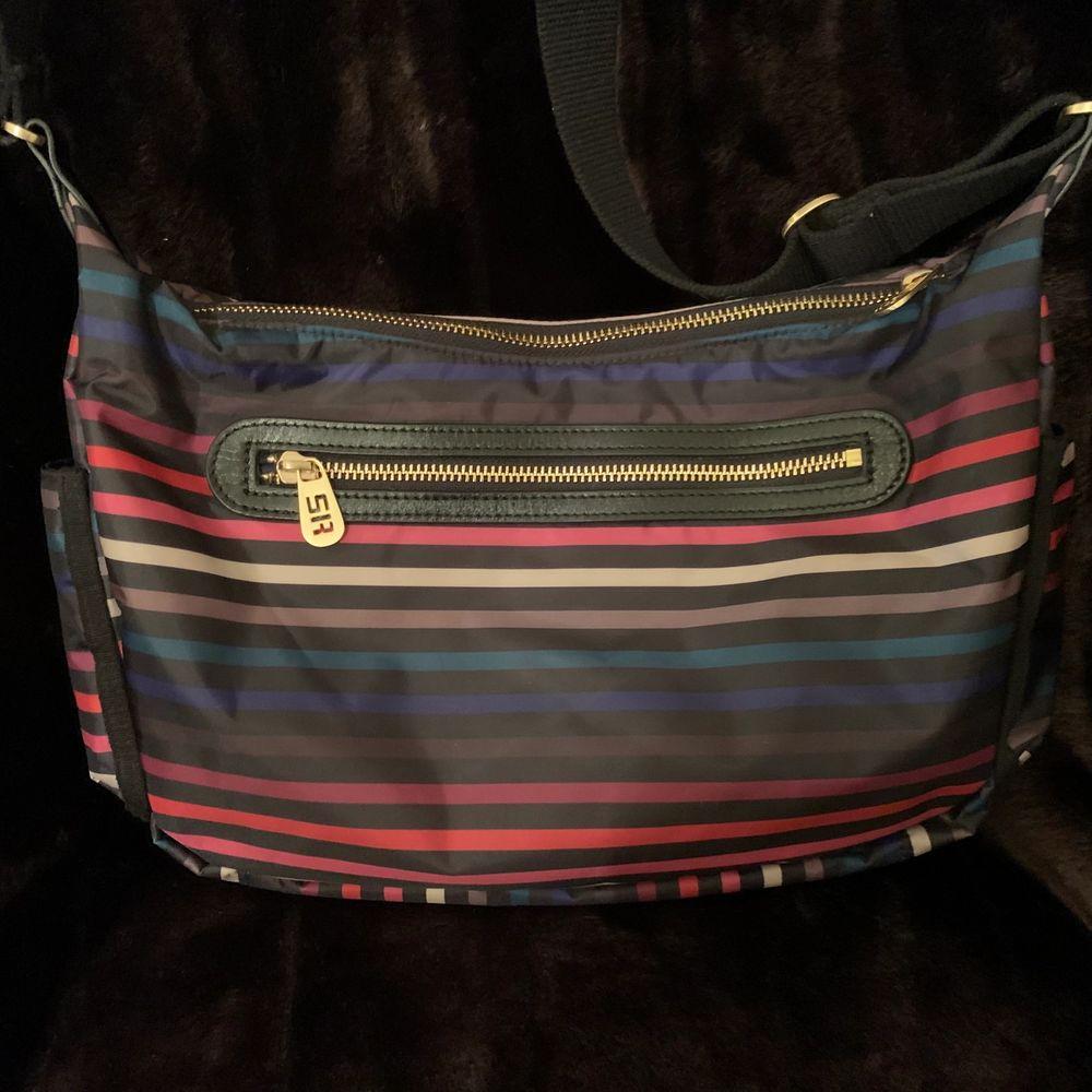 Randig multifärgad Sonia Rykiel väska i nylon. Guldfärgade blixtlås och detaljer. Flera fack. Perfekt vardagsväska.  Mått ca: Längd 27cm Höjd 20cm Djup 7cm. Nypris ca 3000kr. Väskor.