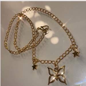 REA: 49kr, tidigare 69kr. Fint halsband med fjäril. Inte äkta guld. Justerbart då man kan fästa i vilken ögla som helst. Frakt på 12kr tillkommer. 💕
