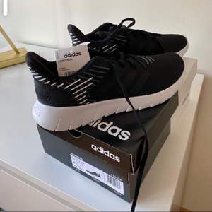 Helt oanvända Asweerun Adidas , svart/vita, storlek 40