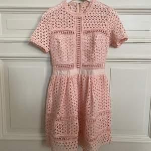 Ljus rosa klänning från By Malina. Storlek XS. Aldrig använd!☺️