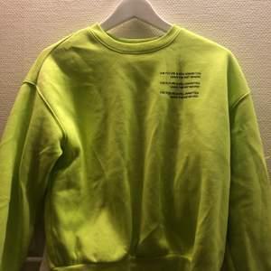 Grön sweatshirt med tryck på går och styla på olika sätt använd en gång, väldans bra kvalite samt mysig. Storlek s men sitter ändå rätt så pösigt
