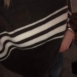 Super fin brun och randig stickad tröja från vila💞💞 aldrig använd och prislappen kvar!! (Köpt för 400kr) Skriv vid frågor🥰