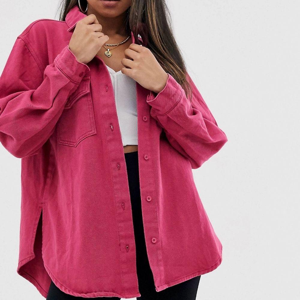 Super snygg tjockare skjorta i oversize-modell. Nästan helt oanvänd💗 Köpare står för frakten 📦 🥰. Skjortor.