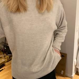 Mysig tröja med slits på sidorna från h&m. Aldrig använd endast testad. Storlek XS men är stor i storleken som ni ser så passar även S och säkert M