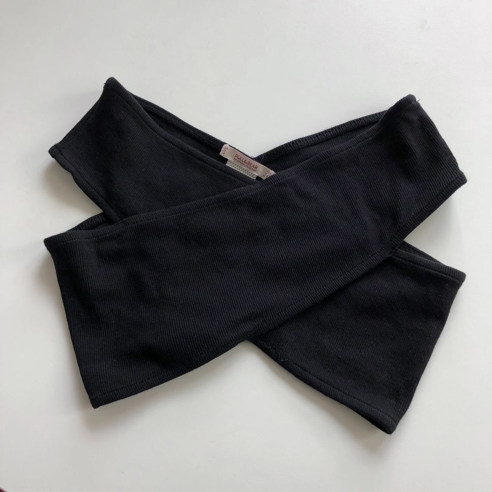 En snygg svart topp från Pulled & Bear i storlek S. Ribbat tyg. I fint skick! 50kr inkl frakt!. Toppar.