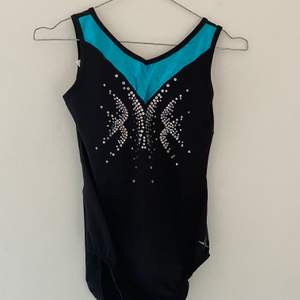 """Superfin gymnastik dräkt smyckad med blått och """"pärlor"""". Mycket bra skick, knappt andvänd. Nypris drygt 400"""