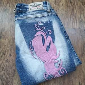 Lägger upp igen pga oseriös säljare!! Coola lågmidjade  jeans från märket crazy age. Rosa fina detaljer med pärlor.  Jeansen är i fint begagnat skick. 👖Bud från 150 kr. Jag har mätt jeansen på golvet. (Beninnerlängd: 79 cm) (Midjemått sida till sida:31 cm)  (De är inte i min storlek så jag kan tyvärr inte visa hur de ser ut på :/)  Jag tar Swish 🌸