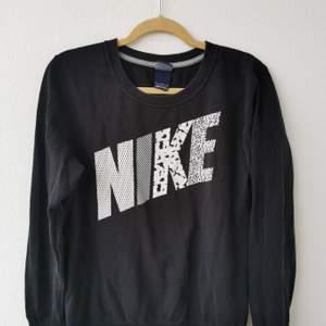 Jätte snygg svart Nike sweatshirt i strl L. Alla bokstäver har olika mönster. Den är i fint skick. Inga fläckar eller hål. Köparen står för frakten och jag tar alltid 2 kr för emballage. Skickar gärna spårbart. 200kr eller Bud.