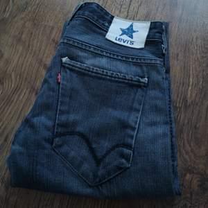 Vintage Levi's jeans i begagnat skick. Finns slitningar och hål i jeansen. (Se bilder).👖 Mätta på golvet ( Beninnerlängd:84 cm)/ (Midjemått sida till sida:  37 cm) (Jag kan tyvärr inte ha jeansen så kan inte visa hur de ser ut på😬) Bud från 150 kr (Budstopp sätts ut efter första budet) Jag tar Swish 🌸